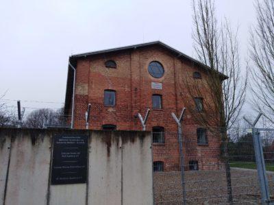 Segeberger Synagoge mit Sicherungszaun